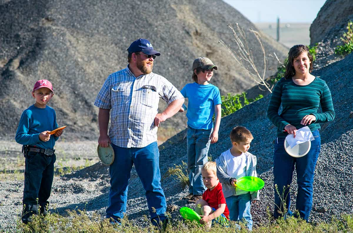 family-playing-frisbee-golf-in-bliss-idaho